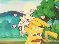 EP153 Togepi abrazando a Pikachu