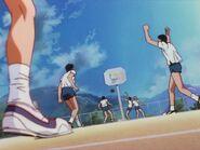 Clase 2-A alumnos jugando al baloncesto