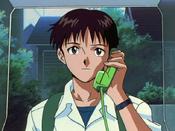 Shinji usa el teléfono EP01.png