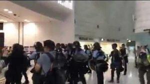 警察犯眾憎 有因有果 青衣居民以氣勢擊退防暴警