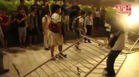 【影像報導】黃浩銘阻示威者用鐵馬衝擊