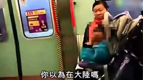 内地小孩地铁上哭闹_香港男子怒推婴儿车大吼