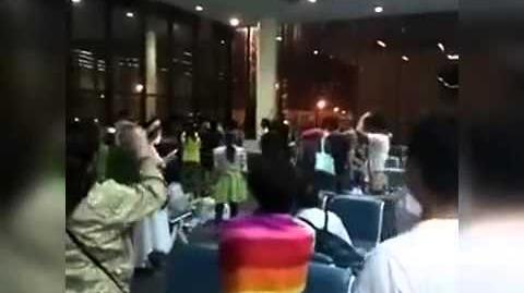 中国游客因航班延误大闹曼谷机场 高唱国歌