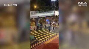 香港8 31晚拍到警察假扮示威者搞破壞 丟汽油彈時被民眾發現後就逃 竟向追趕的民眾舉槍射擊