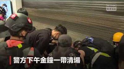929 警員圍著2名消防員質問為何開閘放人,消防員回答因有人被困應救急扶危