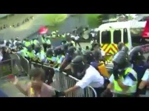 網友直擊!香港警方拿胡椒噴霧直射市民眼睛│HK POLICE OFFICER PEPPER-SPRAYING PROTESTOR'S EYES