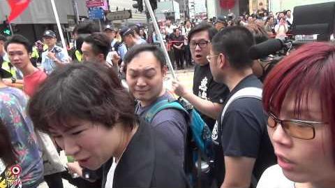 01MAY2014_07_40_TVB記者_「我地係人黎嫁唔係鬼黎嫁!」,最後被途人指訪問有誤導被驅趕。