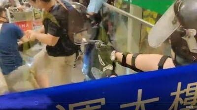 遭示威者瘋狂襲擊 機場警員拔槍保命