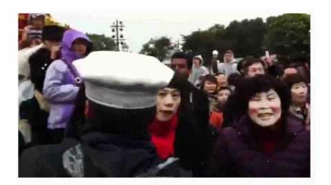 香港迪士尼大陸野蠻人 全家發癲踢人打人至流血 被實Q包圍仲想用傘偷襲
