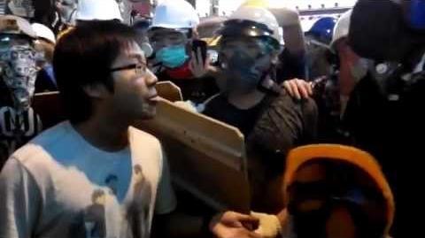 (旺角) 山東街警民對峙中,黃浩銘出現前線,引起示威者估躁。(26-11-2014 2310)