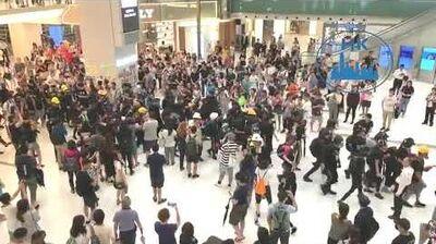 沙田新城市廣場市民為黑衣人歸來而歡呼!