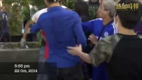 【2014-10-22 雨傘革命.佔領街道】南亞裔暴徒用利器插佔領群眾