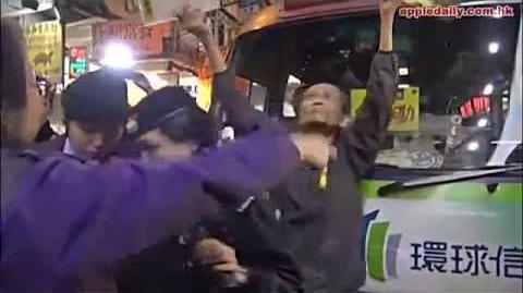 黑警包庇潮聯小巴霸佔通菜街阻塞交通,縱容潮聯司機揮鐵槌恐嚇路人。