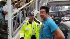 (突發) 發現的士藏有攻擊性武器藍衣人涉嫌攻擊示威者
