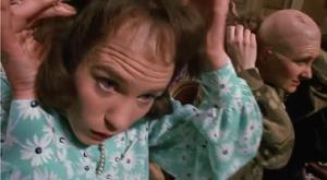 Wiedźma Beatrice ściągająca perukę z głowy