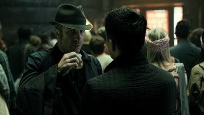 S01E01-ThomasJane as JosephusMiller with DrinkingBulb 02