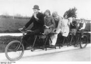 Bundesarchiv Bild 183-R13688, Tandem-Fahrrad.jpg