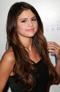 Selena-Gomez-Long-and-Pullback-Bun-Hairs-02