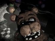 Old Freddy posicionado en frente de la cámara en Party Room 3