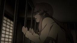 Юно заперта в клетке в качестве наказания