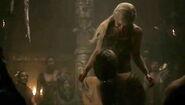 Drogo carries Dany 1x6