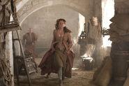 Санса убегает от преследователей 2x06