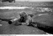 Bundesarchiv Bild 101I-709-0338-22 Ukraine Soldat mit Raketenpanzerb chse