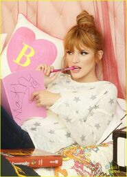 Bella-thorne-pink-book-and-pen