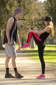 Bella-thorne-run with boyfriend (3)