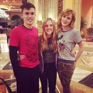 Bella-thorne-with-fans-inidkhotel