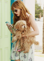 Bella-thorne-1with-kingston-and-phone