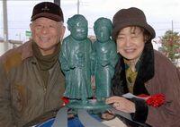 Mizuki & Nunoe with their statues