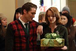 2-10-A-Very-Glee-Christmas-Promotional-Photos-glee-17379655-1950-1350.jpg