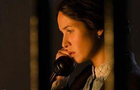 Cristina habla por teléfono.jpg