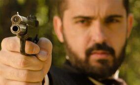 Diego dispara a Pascual.jpg