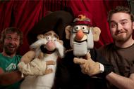 Alex Hirsch y Matt Chapman con marionetas de Fiddleford McGucket y Stanley Pines.png