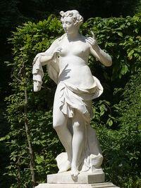 450px-7002 Euterpe(Muse der Lyrik und des Flötenspiels)Musenrondell-Sanssouci Steffen Heilfort.jpg
