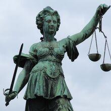 Justitia-statue---frankfurt-91649899-5af37cb68e1b6e00360b2ec6.jpg