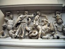 1280px-Pergamonmuseum - Antikensammlung - Pergamonaltar 02-03