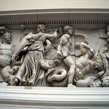 1280px-Pergamonmuseum - Antikensammlung - Pergamonaltar 02-03.jpg