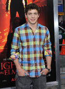Actor-parker-bagley-attends-the-los-angeles-premiere-of- 002