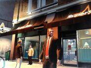 Niko a Superstar Café bejáratánál
