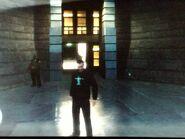 Niko a Boldogság-szobor egyik épületének a bejáratánál