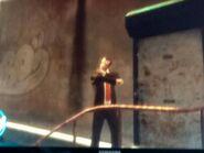 Niko egy fegyverbolt bejárata előtt