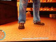 Niko felpróbál egy barna cipőt