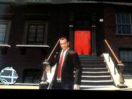 Niko a McReary rezidencia bejáratánál