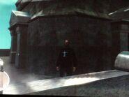 Niko a Boldogság-szobor bejáratánál