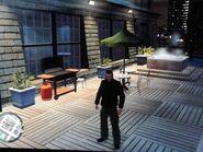 Niko az erkélyen álldogál