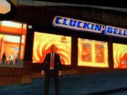Niko egy Cluckin' Bell étterem előtt