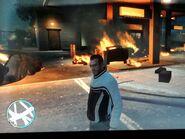 Niko, miután felrobbantotta a benzinkutat